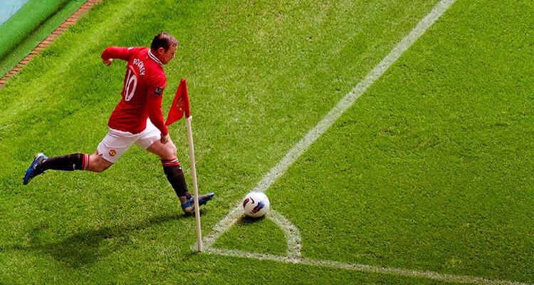 cầu thủ đá banh trên sân bóng